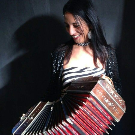 Fernanda Martino speelt accordeon